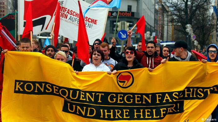 Anti-NSU protestors gathered in Munich, marching with a large yellow banner (c) DW / Senada Sokollu