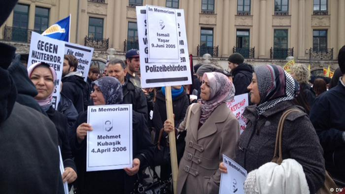 Anti-NSU protesters gathered in Munich, carrying signs recalling victims (c) DW / Senada Sokollu