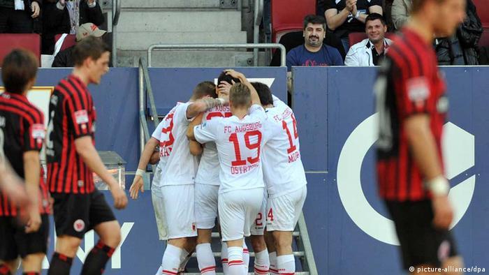 Augsburgs Spieler bejubeln das 1:0. (Foto: Stefan Puchner/dpa