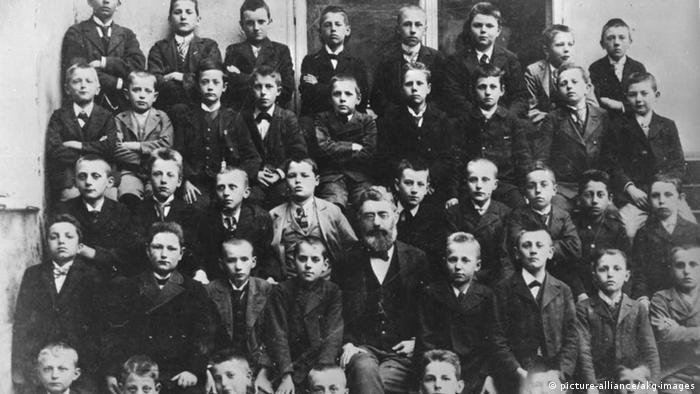 Той определено беше надарен, макар и едностранно. Но беше избухлив и непокорен. И не особено прилежен. Тези думи са на д-р Едуард Хюмер, учител на Хитлер по френски език. На снимката: класът на Хитлер, 1900 година. Хитлер е най-горе вдясно.