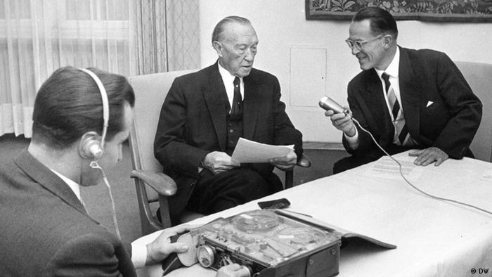 Konrad Adenauer being interviewed by DW's Hans Wendt Archivbild 1963