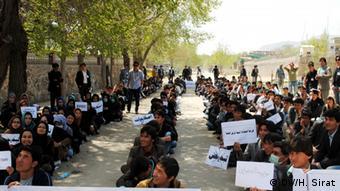 Sitzstreik afghanischer Studenten aus Protest gegen Mängel im Bildungssystem (Foto: DW)