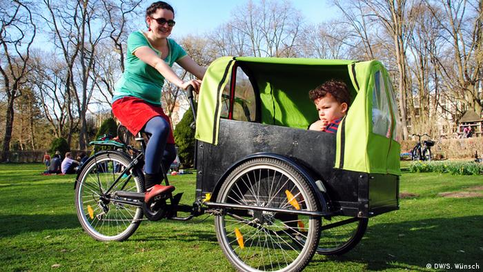 Mother with child in cargo bbike (DW/ S. Wünsch)