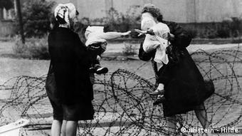 Deutschland Geschichte Berlin Mauer Mütter mit ihren Kindern