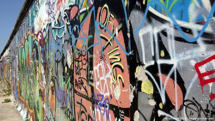 Berliner Mauer an der Eastside Gallery mit Graffiti verziert. (Copyright: ullstein bild - Imagebroker.net)