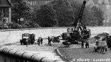 DDR-Grenzsoldaten suchen im Todesstreifen der Mauer an der Grenze zu Kreuzberg (Mariannenplatz) nach einem unteirdischen Tunnel. Mitte Mai 1975. ullstein - Kasperski