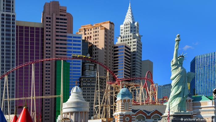 Die schillernde Vergnügungsmetropole Las Vegas präsentiert sich in der Wüste Nevadas mit gigantischen Ausmaßen, riesigen Casino-Hotels, Restaurants, Einkaufszentren, Nachbauten beühmter Bauwerke - hier Wolkenkratzer-Fassaden im Stil von New York und die Freiheitsstatue. Für die fast 40 Millionen Touristen, die Las Vegas jährlich besuchen, stehen 154.000 Hotelzimmer und 198.000 Spielautomaten bereit. Der 7 Kilometer lange Las Vegas Boulevard, der sogenannte Strip, ist das Herz der Megametropole. Die bunte Glitzerwelt von Las Vegas kommt erst in den Abendstunden so richtig zur Wirkung. Tausende Leuchtreklamen, leuchtende Videowände und Lasershows, begleitet von intensiver Beschallung aus allen Kneipen, Casinos und Shopping Malls machen Nevades Wüstenmetropole zu einem riesigen Rummelplatz.