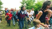** ARCHIV ** Mehrere Hundert DDR-Buerger rennen am 19. August 1989 im Laufschritt durch ein Holztor ueber die ungarisch-oesterreichische Grenze nach Moerbisch auf der oesterreichischen Seite. An der Grenze sollte an diesem Tag waehrend eines Festes der Begegnung der