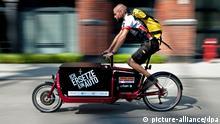 Ein Fahrradkurier fährt am Mittwoch (22.08.2012) auf dem Gelände des EUREF-Campus in Berlin Schöneberg mit einem Elektrofahrrad namens Lasten-E-Bike iBullitt. Foto: Robert Schlesinger dpa/lbn