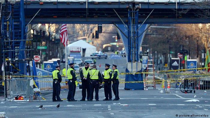 Полиция на месте взрывов в Бостоне