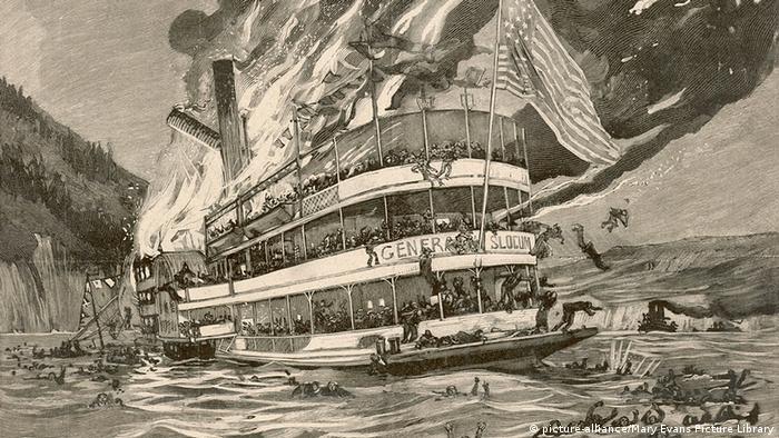 Bild eines brennenden Schaufelrad-Dampfers, der General Slocum.
