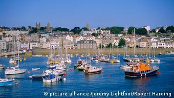 Kleine Boot im Hafen von Guernsey. (Foto: picture alliance /Jeremy Lightfoot/Robert Harding)