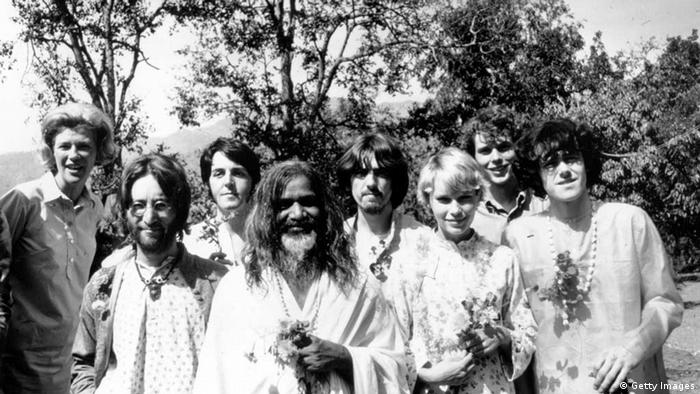 John Lennon, Paul McCartney, Maharishi Mahesh Yogi, George Harrison , Mia Farrow, und Donovan. (Getty Images)