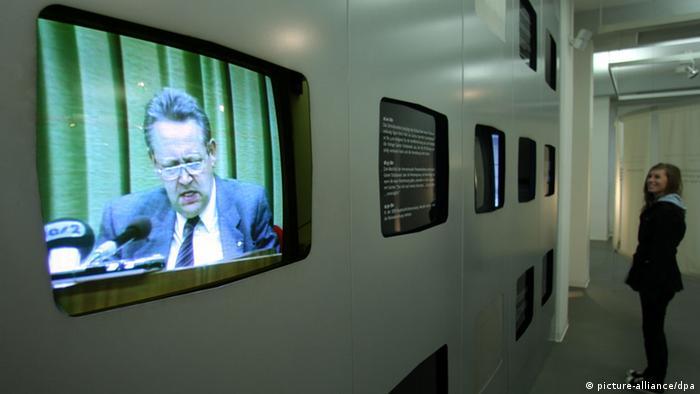 Ein Fernsehbildschirm zeigt die historische Pressekonferenz von Günter Schabowski in der Gedenkstätte Deutsche Teilung in Marienborn