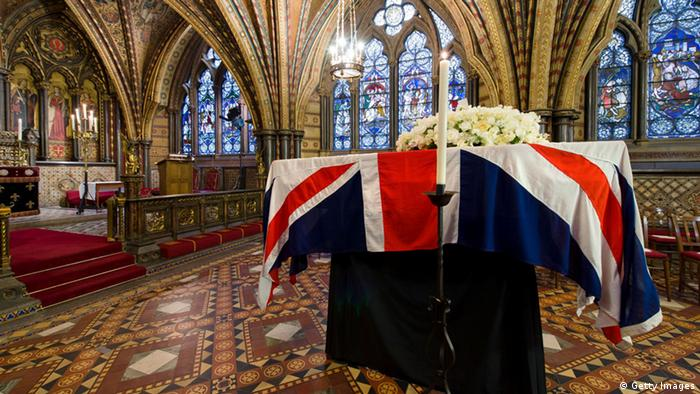 The coffin of former British prime minister Margaret Thatcher rests in the Crypt Chapel of St Mary Undercroft beneath the Houses of Parliament on the eve of her funeral on April 16, 2013 in London, England. Dignitaries from around the world will join Queen Elizabeth II and Prince Philip, Duke of Edinburgh as the United Kingdom pays tribute to former Prime Minister Thatcher Baroness Thatcher during a Ceremonial funeral with military honours at St Pauls Cathedral. Lady Thatcher, who died last week, was the first British female Prime Minister and served from 1979 to 1990. (Photo by Leon Neal - WPA Pool/Getty Images) ***FREI FÜR SOCIAL MEDIA****