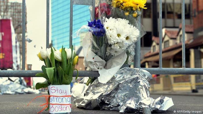 Цветы на месте взрывов в Бостоне