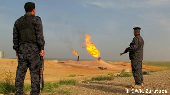 Kirkuk police mounts guard at a gas well in Kirkuk. Copyright: Karlos Zurutuza, DW Mitarbeiter, Kirkuk, March 2013