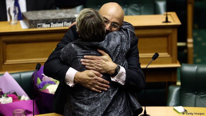 Der Grünen-Abgeordnete Kevin Hague wird von der Palamentarierin Ruth Dyson nach der Abstimmung gratuliert. (Foto: Getty Images)