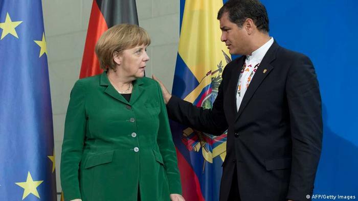 Angela Merkel und Rafael Correa im Gespräch vor den Fahnen ihrer Länder im Berliner Kanzleramt AFP PHOTO /JOHN MACDOUGALL/AFP/Getty Images)