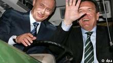 Bundeskanzler Gerhard Schröder (r) und der russische Präsident Wladimir Putin sitzen am Montag (11.04.2005) bei ihrem Eröffnungsrundgang über die Hannover Messe in einem Traktor. Russland ist Partnerland der größten Industriemesse der Welt. Foto: Rainer Jensen dpa/lni +++(c) dpa - Report+++