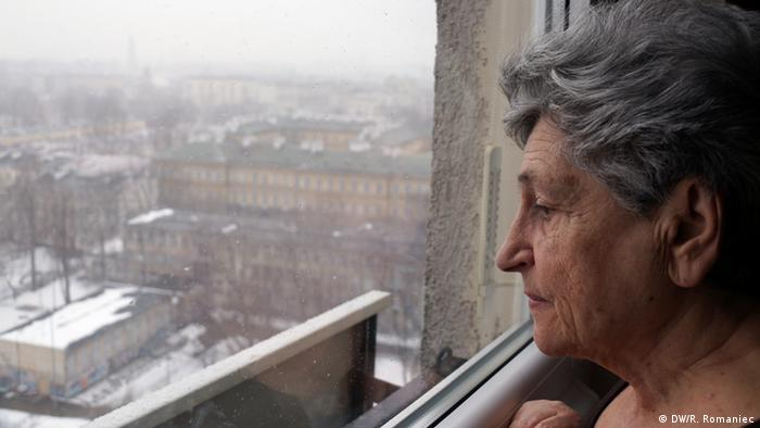 Krystyna Budnicka gleda kroz prozor na bivšu židovsku četvrt.