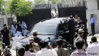 پرویز مشرف، رئیسجمهور پیشین پاکستان در حال فرار از محوطه دادگاهی در اسلامآباد