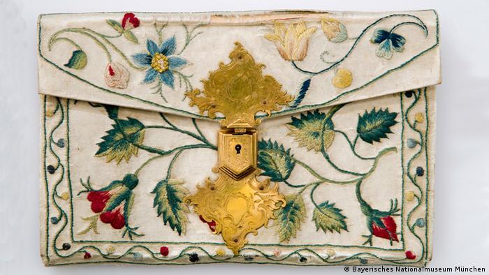 Bayerisches Nationalmuseum - Brieftasche mit Seidenstickerei