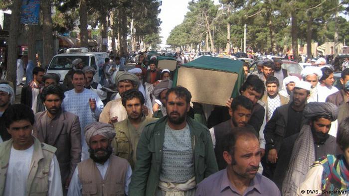 تظاهرات در هرات در برابر سرکنسولگری ایران به همراه اجساد قربانیان افغان که در ایران کشته شده بودند