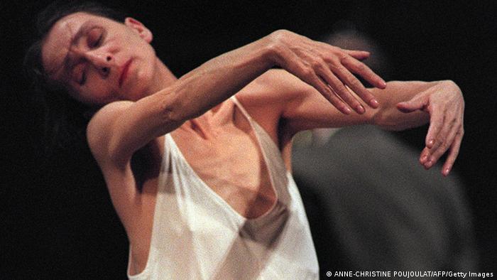 Pina Bausch in weißem Hemd tanzt geschmeidig, mit geschlossenen Augen.  (c) BERTRAND GUAY/AFP/Getty Images