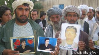 تصویر قربانیان در دست معترضان