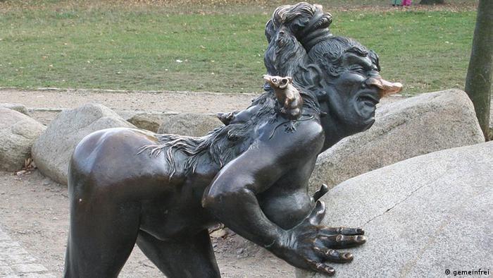 Памятник ведьме в городке Тале
