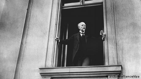 SPD politician Philipp Scheidemann, proclaiming the country a republic on November 9, 1918 at the Reichstag in Berlin Copyright: picture-alliance/dpa