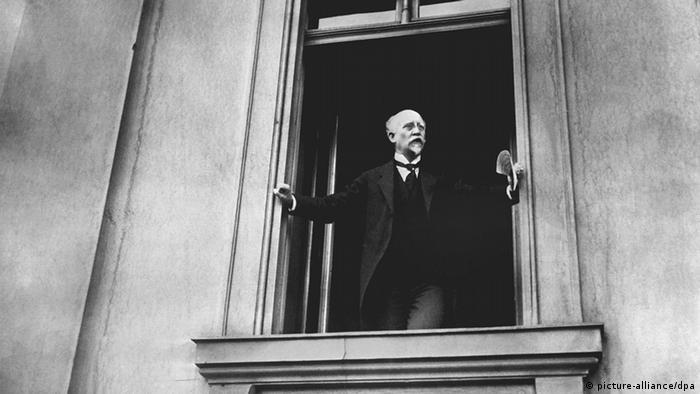 Der SPD-Politiker Philipp Scheidemann ruft am09.11.1918 von einem Balkon des Reichstages in Berlin die erste deutsche Republik aus, Foto: picture-alliance/dpa
