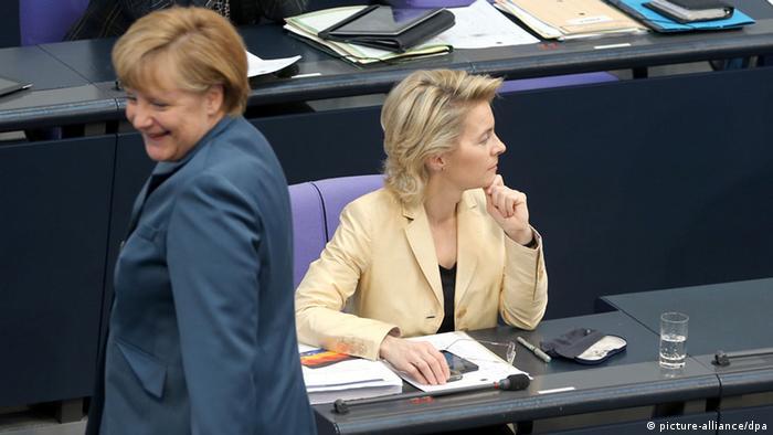 Bundeskanzlerin Angela Merkel und Ministerin Ursula von der Leyen im Bundestag. Sie schauen sich nicht an.