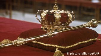 NLD-19800430-AMSTERDAM: De kroonjuwelen (kroon en scepter) liggen klaar voor de inhuldiging van Koningin Beatrix in de Nieuwe Kerk in Amsterdam. ANPFOTO