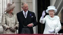 Bildnummer: 58074092 Datum: 05.06.2012 Copyright: imago/i Images The Queen on the balcony of Buckingham Palace in London as she celebrates her Diamond Jubilee with Camilla, Duchess of Cornwall, Prince Charles, Prince of Wales, Queen Elizabeth II, Prince William, Duke of Cambridge, Catherine, Duchess of Cambridge and Prince Harry. Photo by: i-Images i-Images PUBLICATIONxINxGERxSUIxAUTxHUNxONL Entertainment People Adel GBR Thronjubiläum x2x xkg 2012 quer premiumd Elizabeth II o0 Familie, privat, Frau, Mann, Ehefrau, Ehemann, Kate Middleton Catherine Mountbatten-Windsor, Duchess of Cambridge, Kate Middleton 58074092 Date 05 06 2012 Copyright Imago I Images The Queen ON The balcony of Buckingham Palace in London As She celebrates her Diamond Jubilee With Camilla Duchess of Cornwall Prince Charles Prince of Wales Queen Elizabeth II Prince William Duke of Cambridge Catherine Duchess of Cambridge and Prince Harry Photo by I Images I Images PUBLICATIONxINxGERxSUIxAUTxHUNxONL Entertainment Celebrities Adel GBR Throne anniversary x2x xkg 2012 horizontal premiumd Elizabeth II o0 Family private Woman Man Wife Husband Kate Middleton Catherine Mountbatten Windsor Duchess of Cambridge Kate Middleton