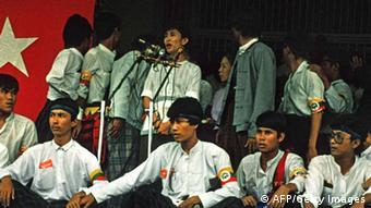 Burmese democratic opposition leader Aung San Suu Kyi (top-C) speaking in Yangon (Rangoon) during an anti-military regime rally. 8Photo: AFP)