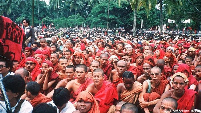 Myanmar Proteste Mönche Archivbild 27.08.1988 (STR/AFP/Getty Images)