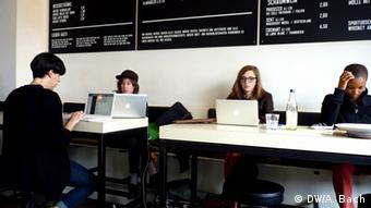 Innanansicht Café St. Oberholz: Frauen am Laptop. Foto: Aya Bach