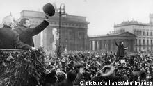 F.Ebert begruesst heimkehrende Soldaten Berlin, Dezember 1918. - Der Vorsitzende des Rats der Volksbe- auftragten Friedrich Ebert begruesst heimkehrende Truppen beim Einzug durch das Brandenburger Tor. - Foto.