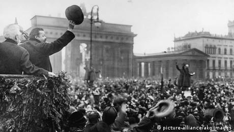 فریدریش ابرت، رئیس شورای نمایندگان خلق، در دسامبر ۱۹۱۸ به سربازان بازگشته از جبهههای جنگ خوشامد میگوید