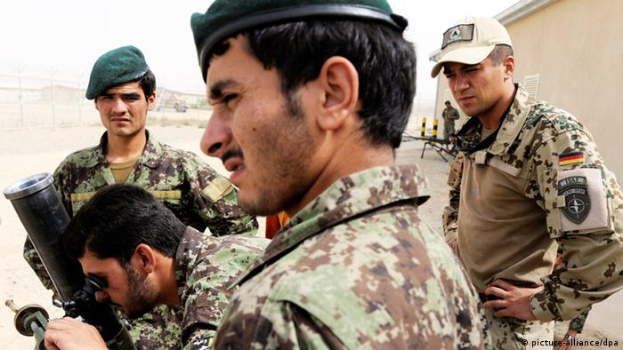 Afghan soldiers train with NATO troops in Afghanistan (Photo: Maurizio Gambarini dpa)