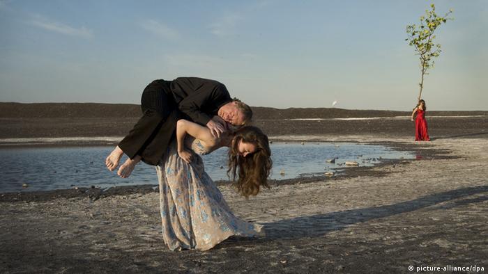 Ein Mann wird von einer Frau hochgestemmt. Sie stehen an einem Seestrand. (c) Foto: NFP/Neue Road Movies GmbH/Donata Wenders