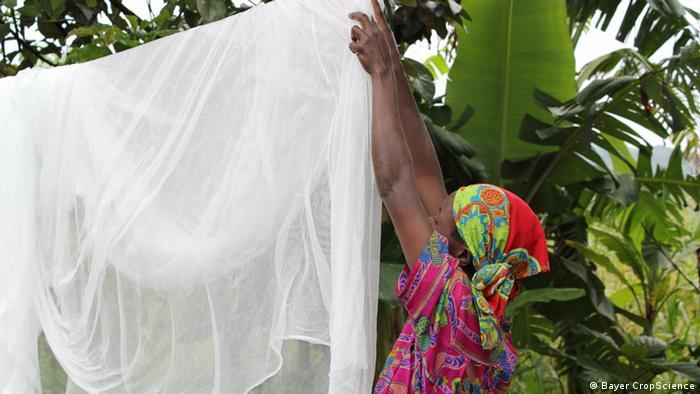 Eine Frau hängt das gewaschene Life-Net auf eine Leine (Foto: Bayer CropScience)