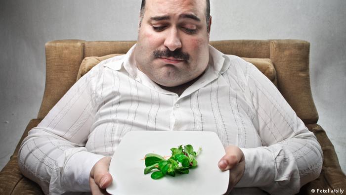 Diätlüge Teller mit kleiner Portion Gemüse