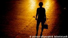 Eine Frau wartet in Bangkok auf ein Taxi Schlagworte Aspahlt , Strasse , Prostitution , Strich , Handtasche , Schatten , Silhouette , Gesellschaft , Schattenriss , Licht , Hure , Auto , warten , Bangkok , Frau