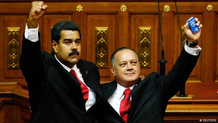 El presidente de la Asamblea Nacional, Diosdado Cabello (der.), suele ser descrito como el principal contendor de Maduro en el seno del chavismo.