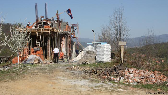 Kirche in der Nähe eines Massengrabs bei Srebrenica. Die amerikanische Botschaft in Sarajevo hat die Behörden von Republika Srpska, einer serbischen Enklave in Bosnien, sowie die serbisch orthodoxe Kirche, dazu aufgefordert, davon Abstand zu nehmen, eine Kirche direkt neben einem erst kürzlich freigelegten Massengrab in nächster Nähe zum Potocari Friedhof, zu errichten. Titel: Bosnien-Herzegowina - Srebrenica. Schlagworte: Bosnien, Srebrenica, Kirche, Potocari Wer hat das Bild gemacht?: Marinko Sekulic /DW Korrespondent aus Srebrenica Wann wurde das Bild gemacht?: April 2013 Wo wurde das Bild aufgenommen? Srebrenica