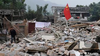 Разрушенные землетрясением здания в провинции Сычуань в апреле 2013 года.