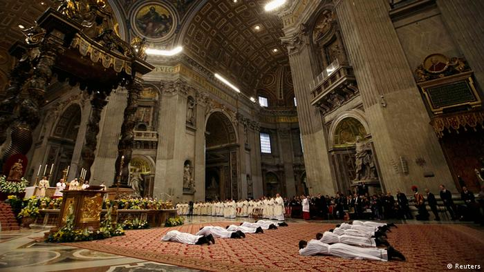 Papst Frinziskus weiht Priester